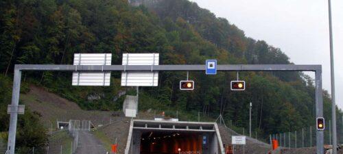 Portal Nord mit Sicherheitsstollen oben links